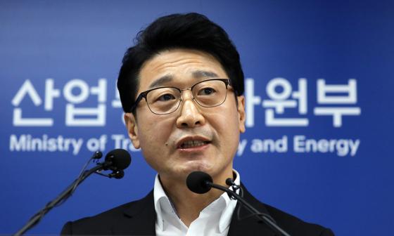 이호현 산업통상자원부 무역정책관이 12일 정부세종청사에서 '일본 수출규제 관련 대응현황 및 향후계획' 브리핑을 하고 있다. 뉴스1