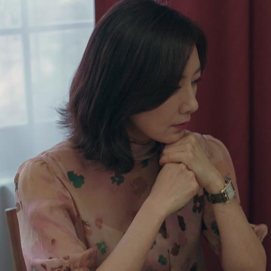 JTBC 드라마 '부부의 세계'에서 핑크색 플로랄 프린트 블라우스를 입고 있는 김희애. 사진 부부의 세계 영상 캡처