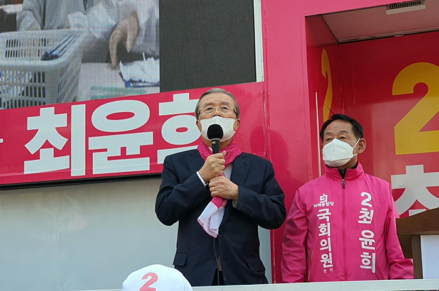 4월 2일 김종인 미래통합당 총괄선대위원장이 최윤희 미래통합당 21대 총선 오산시 후보자를 격려하고 있다. 중앙포토