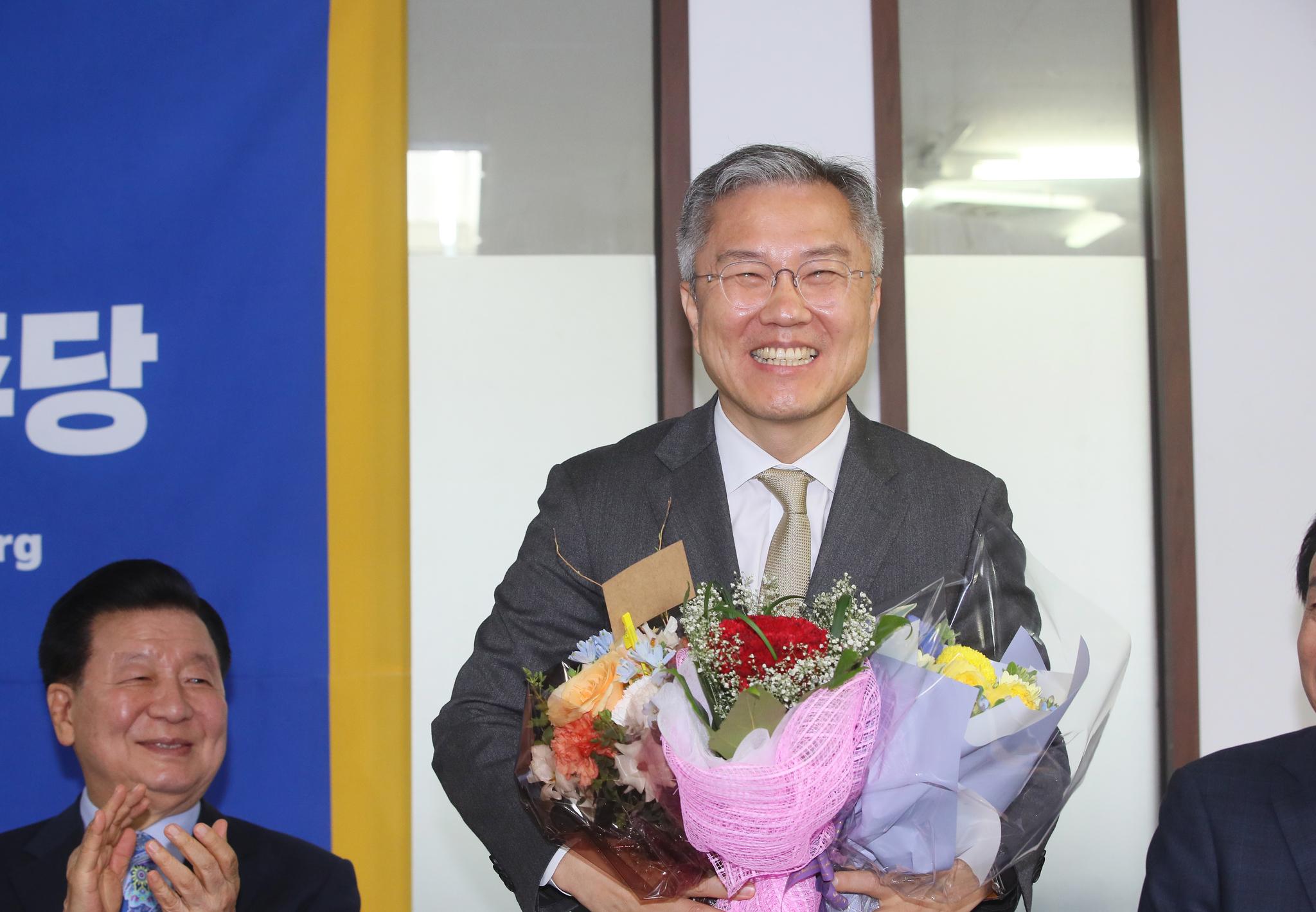 최강욱 신임 열린민주당 대표가 12일 서울 여의도 당사에서 축하 꽃다발을 받고 있다. 연합뉴스