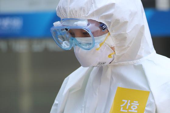 6일 오전 신종 코로나바이러스 감염증(코로나19) 지역거점병원인 대구 중구 계명대 대구동산병원에서 격리병동 근무를 마친 의료진이 밖으로 나오고 있다. 뉴스1