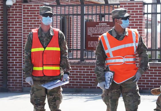 지난달 27일 오후 경기도 평택시 캠프 험프리스에서 주한미군이 마스크와 장갑을 착용하고 근무하고 있다.  연합뉴스