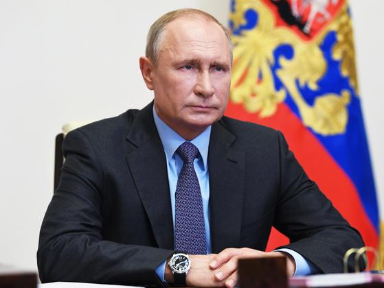 지난 7일(현지시간) 블라디미르 푸틴 러시아 대통령이 신종 코로나바이러스 감염증(코로나19) 관련 화상 회의를 통해 모스코파 외곽상황을 듣고 있다. [EPA=연합뉴스]