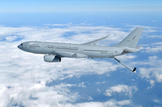 KC-330 공중급유기가 비행하고 있다. 꽁무니에 나온 막대 모양의 물체는 비행 중인 항공기에 연료를 보급하는 공중급유봉이다. [사진 공군]
