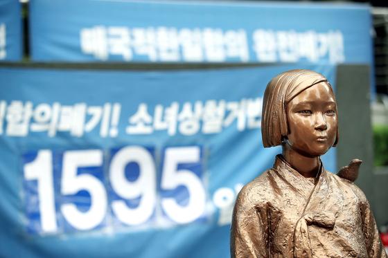 회계 투명성 논란에 휩싸인 '일본군 성노예제 문제 해결을 위한 정의기억연대'가 기자회견을 연 11일 서울 옛 일본대사관 앞 평화의 소녀상의 모습. 연합뉴스