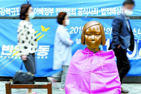 지난 10일 서울 종로구 옛 일본대사관 앞에 설치된 평화의 소녀상 주변을 시민들이 오가고 있다.일본군 위안부 피해자 이용수 할머니(92)가 위안부 관련 단체 후원금 사용이 투명하지 않다고 폭로하면서 정의기억연대(정의연)와 이 할머니 측의 주장이 진실공방으로 치닫고 있다.뉴스1.