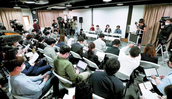 정의기억연대 이나영 이사장(테이블 왼쪽 셋째)이 11일 오전 서울 성산동 '인권재단 사람'에서 후원금 논란에 대해 해명하고 있다. 장진영 기자