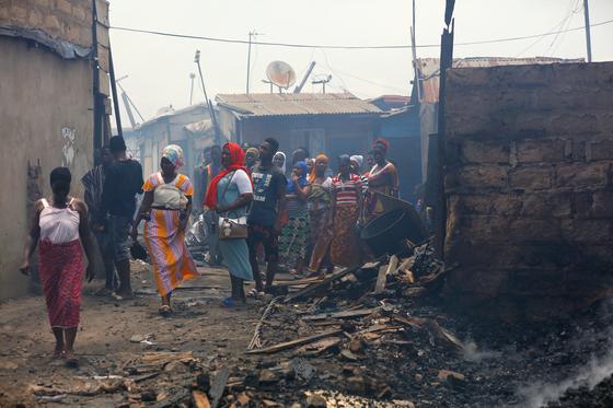 지난 4월 7일 코로나19 바이러스 확산을 막기 위해 봉쇄된 아프리카 가나의 한 도시 슬럼가에서 화재가 발생했다.[로이터=연합뉴스]