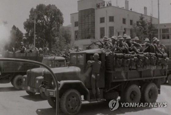 1980년 당시 전남도청을 장악한 계엄군 병력. [5·18민주화운동기록관 제공 영상 캡처=연합뉴스]