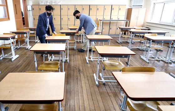 11일 오후 대전 중구 충남여자고등학교에서 학교 관계자들이 책상 사이를 띄어 놓고 있다. 뉴스1