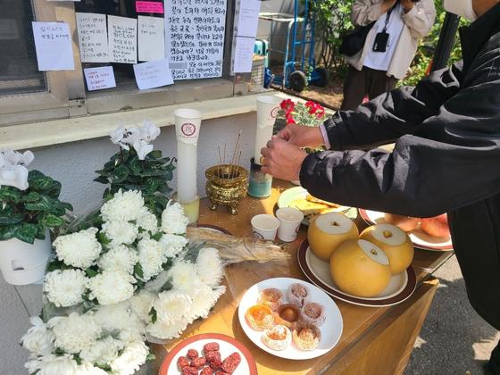 서울 강북구 우이동 한 아파트 경비원이 '억울하다'며 스스로 목숨을 끊자 해당 아파트 입주민들이 경비원을 추모하고 있다. 김지아 기자