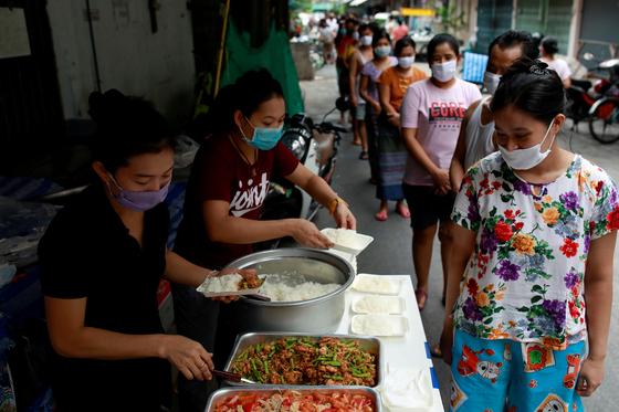 태국 방콕에서 자원봉사자들이 코로나 19 여파로 일자리를 잃은 이주 노동자들에게 무료 식사를 제공하고 있다. [로이터=연합뉴스]