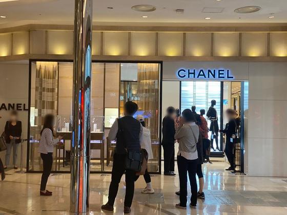 12일 오후 서울 중구 롯데백화점 본점에 있는 수입 브랜드 샤넬 매장 앞이 소비자들로 붐비고 있다. 샤넬이 오는 14일 판매가를 올린다는 소식이 전해지자 보다 저렴하게 제품을 구매하기 위해 줄을 선 것이다. 중앙포토