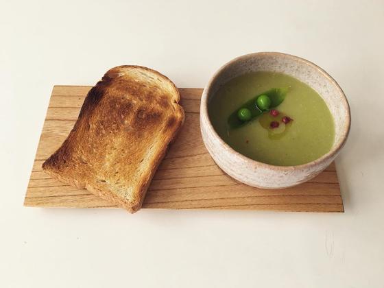 서촌 제철 채소 음식점 '경우의 수'의 수프와 빵. 무농약 풋 완두콩을 넣은 수프와 우리밀 비건 식빵이다. 사진 경우의 수