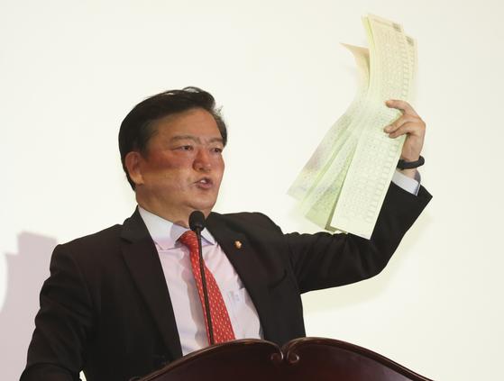 민경욱 미래통합당 의원이 11일 오후 국회 의원회관에서 열린 4.15 총선의혹 진상규명과 국민주권회복 대회에서 투표용지를 들고 발언하고 있다. 임현동 기자