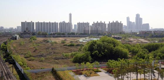 정부가 수도권 주택공급 확대 대책으로 8000가구를 공급할 계획인 용산 정비창 부지. 분양가상한제에도 분양가가 천정부지로 오를 수 있다. [연합뉴스]