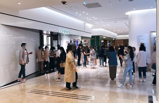 13일 오후 3시, 가격 인상을 하루 앞둔 신세계백화점 강남점 샤넬 매장 앞. 많은 고객들이 샤넬 매장에 들어가기 위해 모여 들었다 사라지기를 반복했다. 윤경희 기자