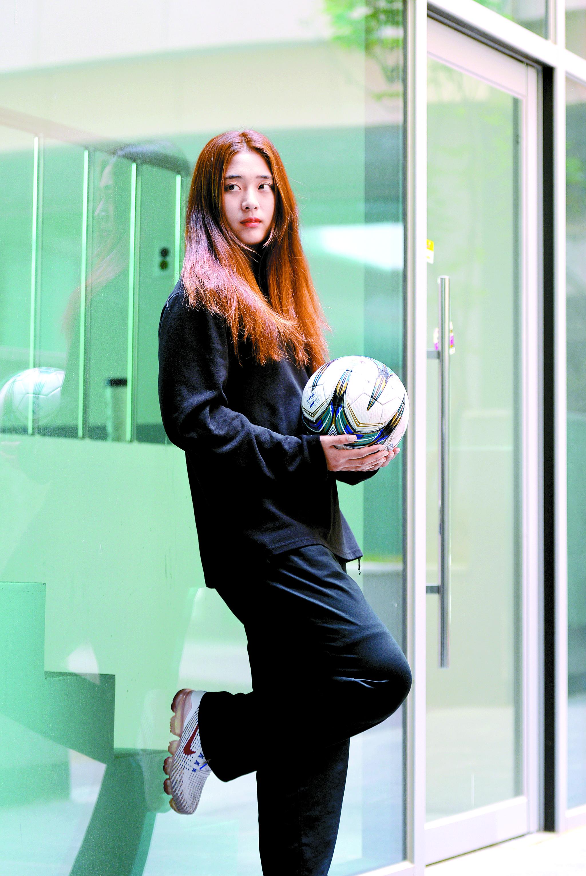 여자축구 스포츠토토 신인 수비수 강수진. 그의 목표는 남자 축구 레전드 안정환처럼 외모뿐 아니라 실력으로도 인정받는 것이다. 프리랜서 김성태