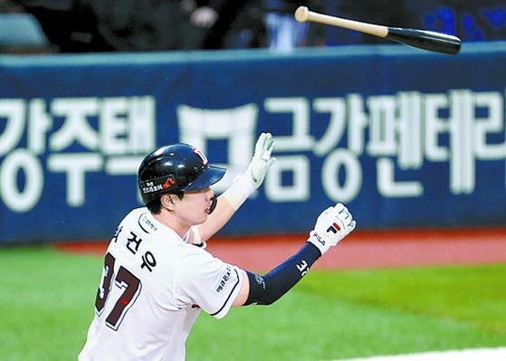 두산 박건우가 타격 후 방망이를 던지고 있다. MLB는 이를 금기시하지만, 미국 야구 팬은 한국식 '빠던'(방망이 던지기)에 열광한다. [뉴시스]