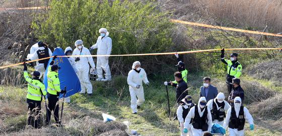 경찰이 지난달 23일 전북 진안군 성수면 한 천변에서 같은 달 14일 전주에서 실종된 30대 여성의 시신을 수습하고 있다. 뉴스1
