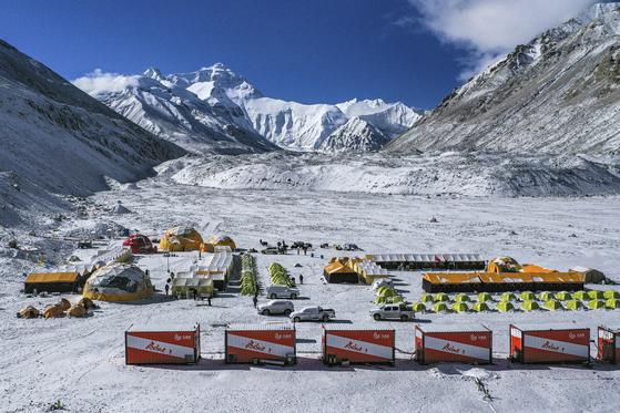 에베레스트 표고를 재측량하기 위해 구성된 중국 등반대의 베이스캠프가 티벳자치구 내에 마련돼 있다. 이 사진은 지난달 30일 신화사가 공개했다. [AP=연합뉴스]