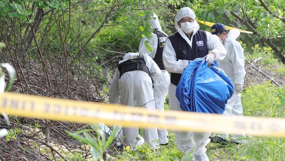 12일 오후 전북 완주군 상관면 한 과수원에서 지난달 18일 전주 한옥마을 부근에서 실종된 20대 부산 여성의 시신이 발견돼 경찰이 수습하고 있다. 뉴스1