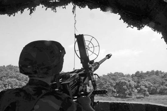 최전방 소초에서 설치한 K6 중기관총. KR6은 이 중기관총에 원격사격통제체계를 더한 무기다. [중앙포토]