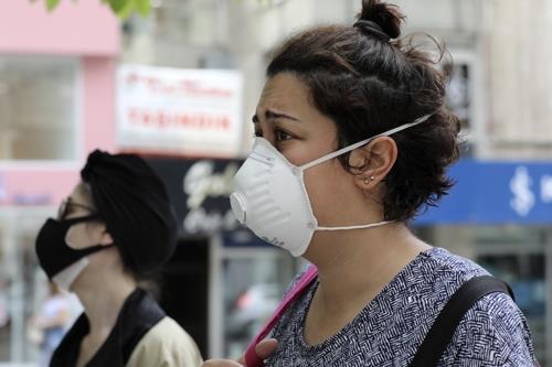 마스크를 착용한 터키 수도 앙카라 시민. AP=연합뉴스