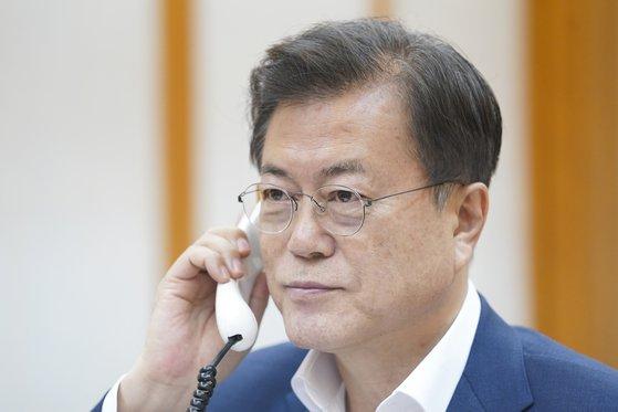 문재인 대통령은 13일 밤 시진핑 중국 국가주석의 요청에 응해 전화통화를 갖고 양국의 코로나 방역과 협력 문제를 논의했다. [사진 청와대]