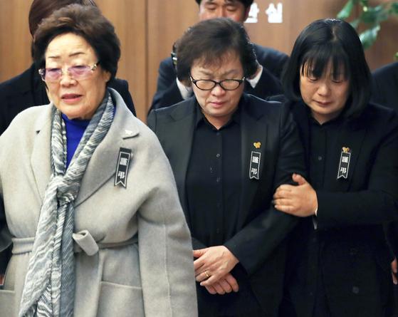 일본군 위안부 피해자 이용수(왼쪽) 할머니가 2019년 1월 윤미향(오른쪽) 당시 정의기억연대 이사장과 함께 고 김복동 할머니 장례식장에 참석했다. 수요집회를 28년간 함께 해온 두 사람의 갈등이 터졌다. [뉴시스]