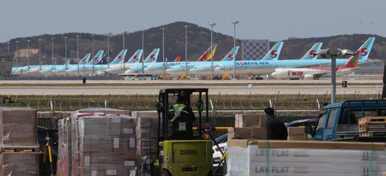 코로나19 영향으로 인천국제공항에 멈춰선 항공기들. 연합뉴스