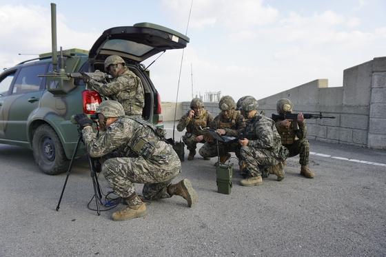 한·미 해병대가 2017년 백령도 일대에서 서북도서 기습강점 대비 연합항공화력유도훈련을 실시하고 있다. [사진 해병대]