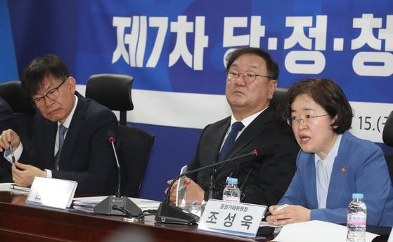조성욱 공정거래위원장(오른쪽)이 15일 오전 서울 여의도 국회 의원회관에서 열린 제7차 당ㆍ정ㆍ청 을지로 민생현안회의에 참석해 발언하고 있다. [뉴시스]