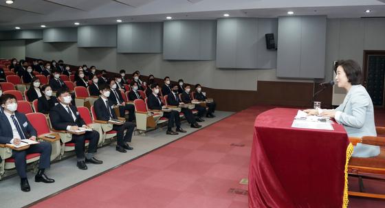 추미애 법무부 장관(오른쪽)이 15일 법무연수원 경기 용인분원에서 신임검사들과 간담회를 하고 있다. 연합뉴스