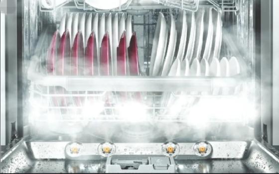 스팀을 그릇에 쏘여 살균 효과를 내는 식기세척기 이미지. 사진 LG전자