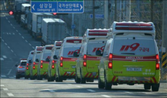 신종 코로나바이러스 감염증(코로나19) 확진자들을 이송 중인 119 구급대 앰불런스. 연합뉴스