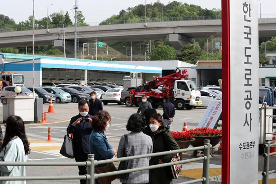 지난 14일 오전 해고됐던 톨게이트 요금 수납원들이 317일만에 복직돼 경기도 용인시 기흥구 한국도로공사 수원지사로 출근하며 이야기를 나누고 있다. 뉴스1.