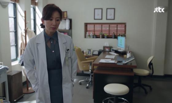 드라마 '부부의 세계'의 지선우 룩이 인기를 끌고 있다. 14회에 입고 나온 백화점 PB 여성복의 셔츠와 스커트는 완판을 기록했다. JTBC 캡처