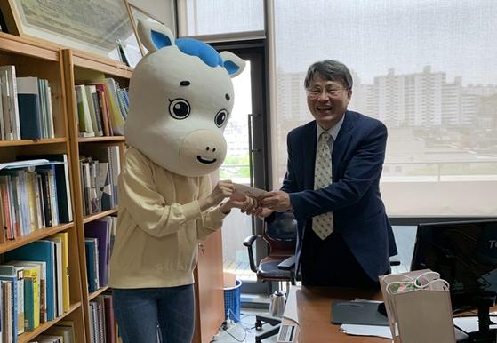 [숭실대학교 학생기자단 캐릭터 슝슝이와 기독교학과 김회권 교수]