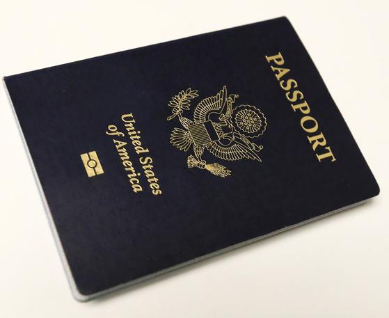 미국 국적자 중에서 시민권을 포기한 사람이 올해 1분기 2900여명 나와 종전 최고치를 기록했다. 사진은 미국 여권 [EPA=연합뉴스]