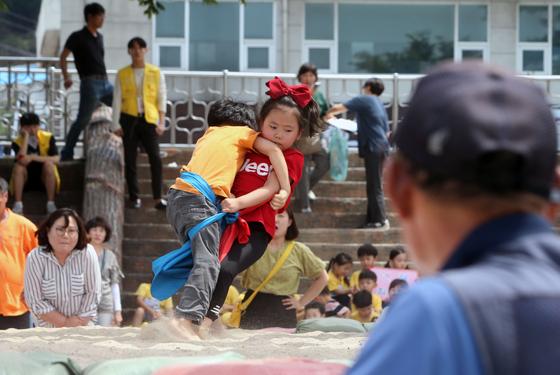 지난해 6월 4일 오후 강원도 강릉 남대천에서 열린 강릉단오제 씨름대회 유치부 경기에 출전한 어린이들이 기량을 겨루고 있다. 연합뉴스