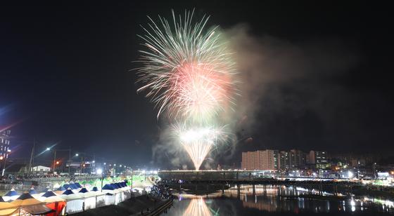 유네스코 지정 세계무형문화유산 강릉단오제 행사가 진행된 지난해 6월 5일 남대천 월화교 상공 위에서 불꽃놀이가 펼쳐지고 있다. 뉴스1