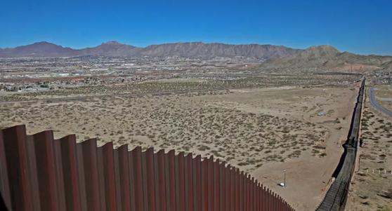 도널드 트럼프 미 대통령이 농담처럼 던지는 말을 가벼이 들으면 안 된다는 견해가 중국에서 나온다. 멕시코 장벽 설치도 트럼프 대통령이 가볍게 던지는 듯한 말에서 시작됐다고 한다. [중국 환구망 캡처]