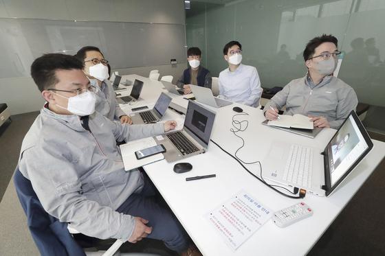 KT AI/빅데이터 서비스담당 변형균 상무(왼쪽 두 번째)와 빌&멜린다 게이츠 재단 혁신기술 솔루션 담당 이사 댄 와튼도프 등 관계자들이 ICT 기반 감염병 대응 연구를 위한 화상미팅을 진행하고 있다. [사진 KT]