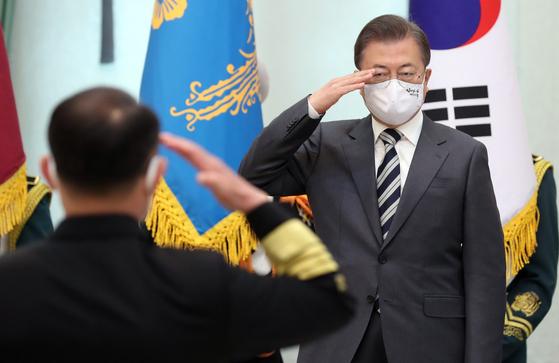 문재인 대통령이 지난달 10일 오후 청와대에서 부석종 신임 해군참모총장의 진급 및 보직신고를 받고 있다. [연합뉴스]
