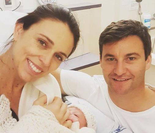 지난 2018년 8월 저신다 아던 뉴질랜드 총리(왼쪽)가 출산 직후 남편 게이크 클라포드, 아기와 함께 찍은 사진을 공개했다. [저신다 아던 총리 페이스북]