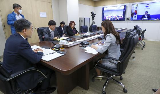 박능후 보건복지부 장관이 15일 정부세종청사에서 한·중·일 보건장관회의를 화상으로 진행하고 있다. 보건복지부 제공=연합뉴스