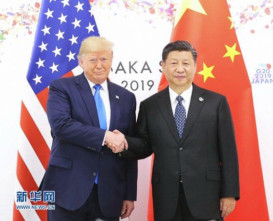 """지난해 6월 일본 오사카에서 열린 주요 20개국(G20) 정상회의에서 만난 도널드 트럼프 미국 대통령과 시진핑 중국 국가주석. 트럼프 대통령은 15일 시 주석과 '지금 당장은 대화하고 싶지 않다""""고 말했다. [중국 신화망 캡처]"""