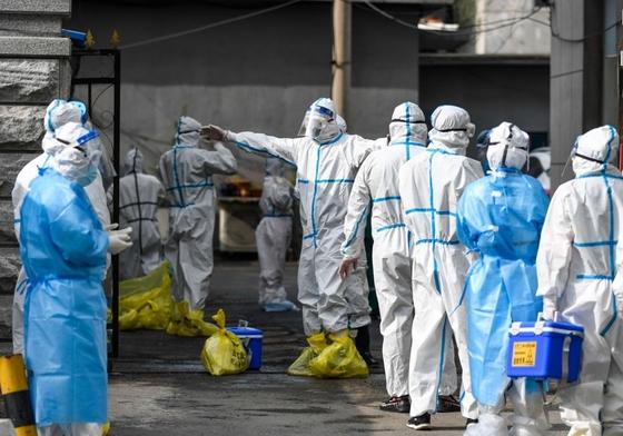 지난 17일 코로나19 검체 제출하는 중국 지린시 의료진. 연합뉴스