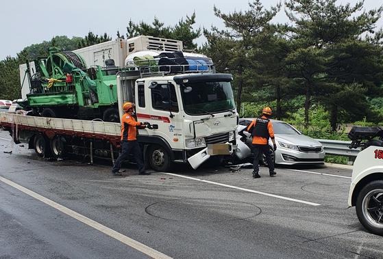 18일 오후 충북 괴산군 장연면 중부내륙고속도로에서 차량 6대가 추돌해 소방대원과 경찰이 사고 수습작업을 벌이고 있다. 연합뉴스